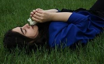 عکس از دختر خوشگل گل بدست برای پروفایل