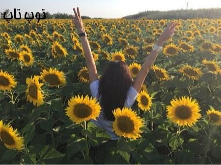 دختر خوشحال گل بدست