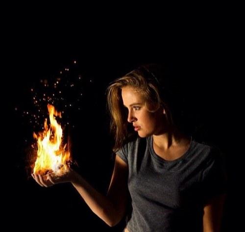 آلبوم تصاویر هنری از دخترها ، دختری که آتش را در دست گرفته