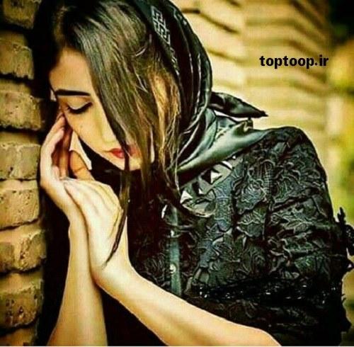 دختری معصوم که تیکه داده به دیوار و دلش گرفته