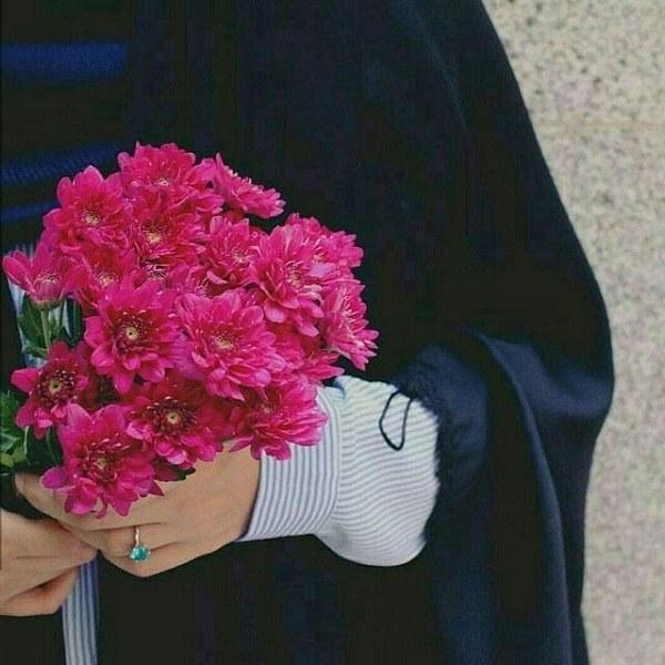 عکس دختر ساده و چادری با دسته گل