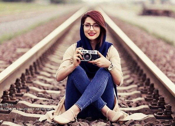 ژست دخترونه روی ریل قطار