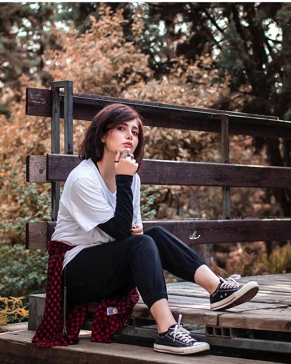 عکس ژست از دختری که نشسته