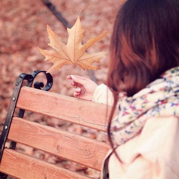 عکس دختر روی نیمکت پاییزی برای پروفایل