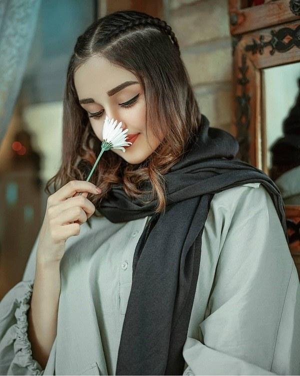 عکس ژست دختر در حال بو کردن گل