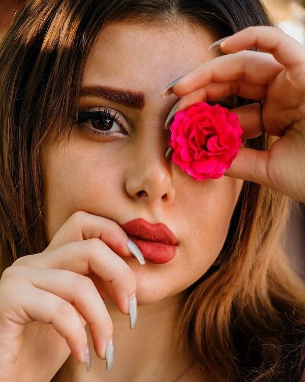 ژست عکس دختر با گل رز قرمز