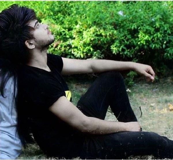 عکس پروفایل پسرونه ناراحت و تیکه داده به درخت