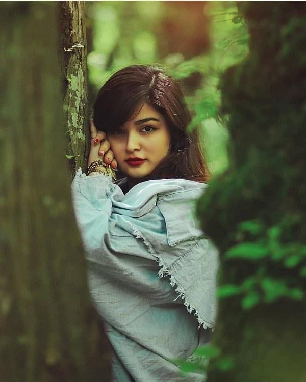 عکس ژست دختر ایرانی با درخت