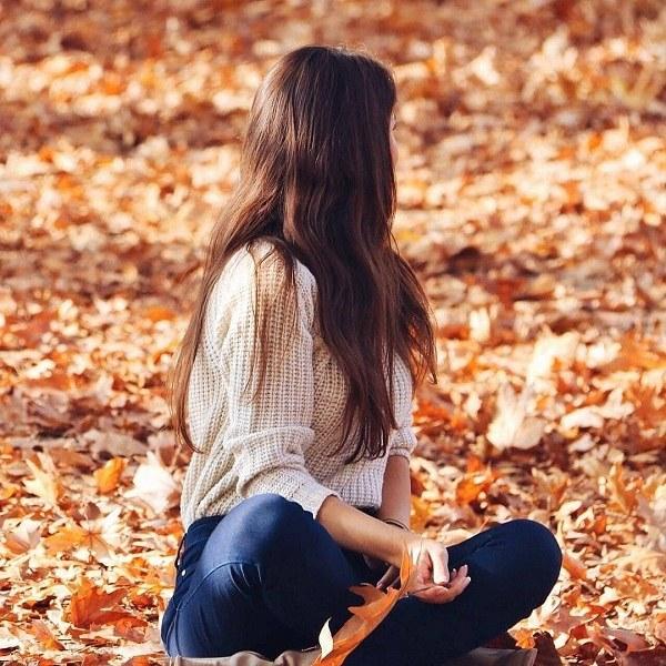 عکس دختر نشسته روی برگ ها برای پروفایل