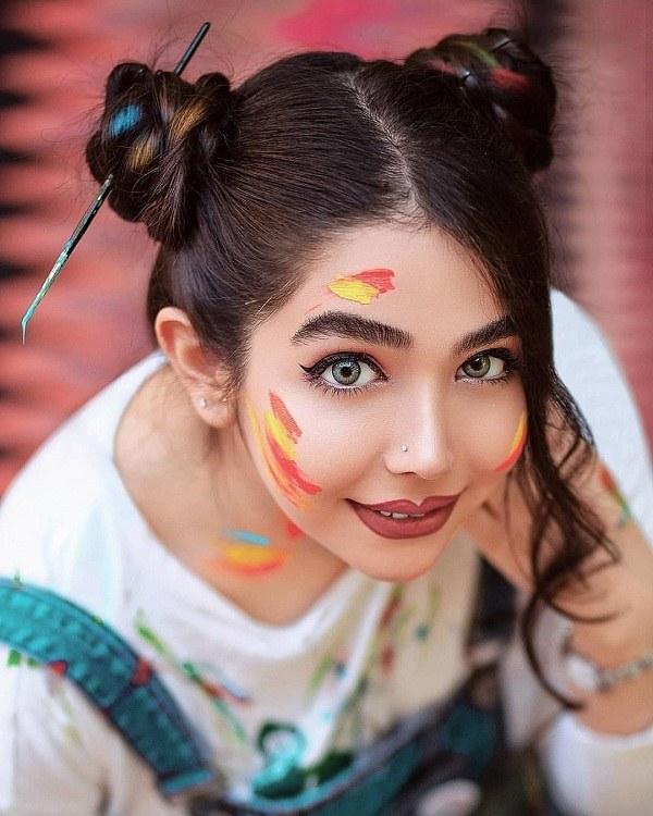 عکس ژست دختر رو صورتش نقاشی شده