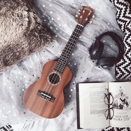 عکس گیتار و کتاب برای پروفایل