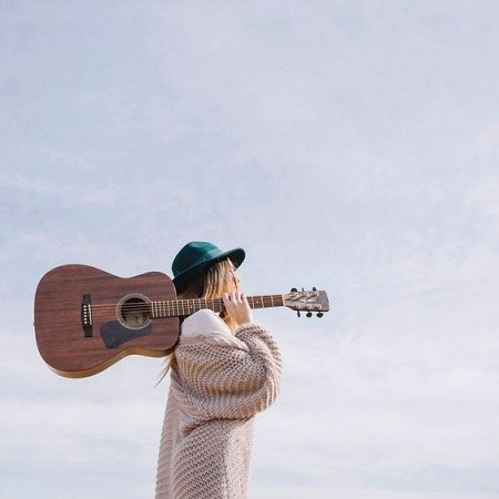 عکس دختر و گیتار برای پروفایل