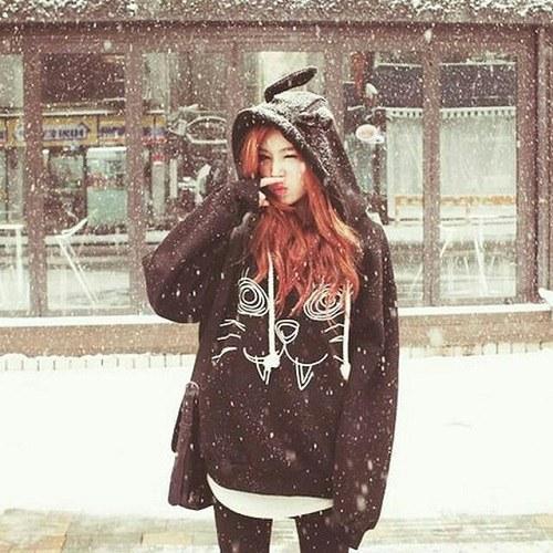 پروفایل دخترونه زیر برف سفید