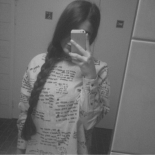 پروفایل دخترونه طبیعی جلوی آینه خونه