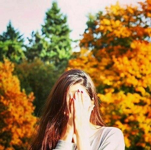 پروفایل دخترونه جلوی خورشید و کنار درختان سبز
