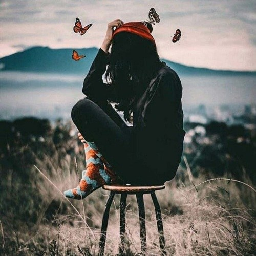 پروفایل دخترونه روی صندلی با کلاه و پروانه