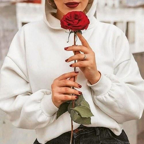 پروفایل دخترونه ایستاده گل رز در دست
