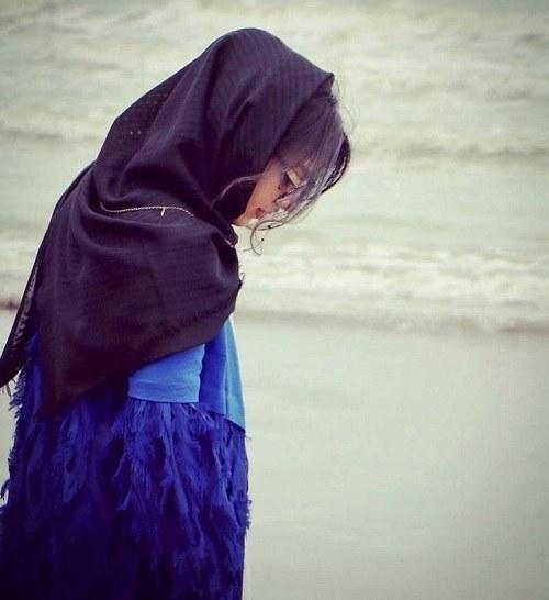 پروفایل دخترونه با عینک و ست آبی کنار ساحل