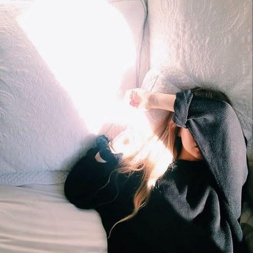 عکس پروفایل دخترونه خوابیده و دلش گرفته