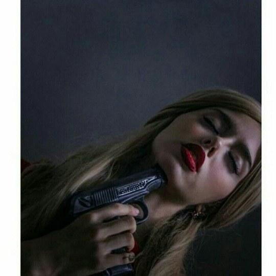 عکس دختری که تفنگ زیر گلوش گرفته میخواد خودکشی کنه