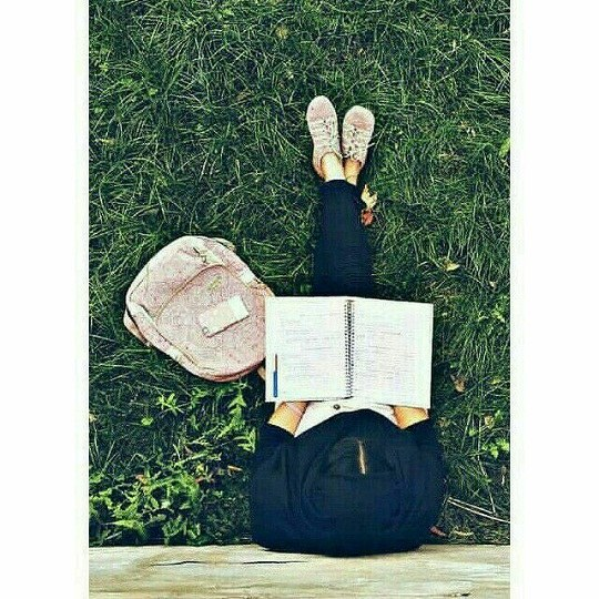 تصویر دختر ایرانی در حال خوندن کتاب برای پروفایل