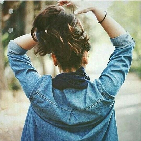 عکس پروفایل دخترونه در حال بستن موهای سرش