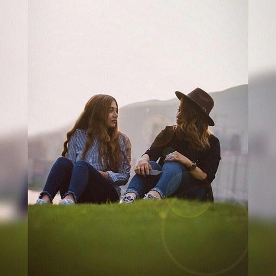 عکس دو تا دختر در چمنزار نشسته باشن برای پروفایل