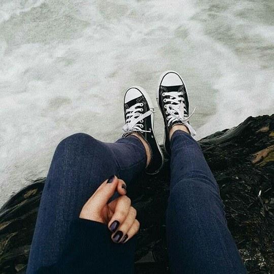 عکس دختر که لب دریا غمگین نشسته باشه