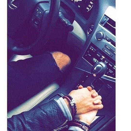 عکس عاشقانه دخترونه تو ماشین دستش روی دنده باشه