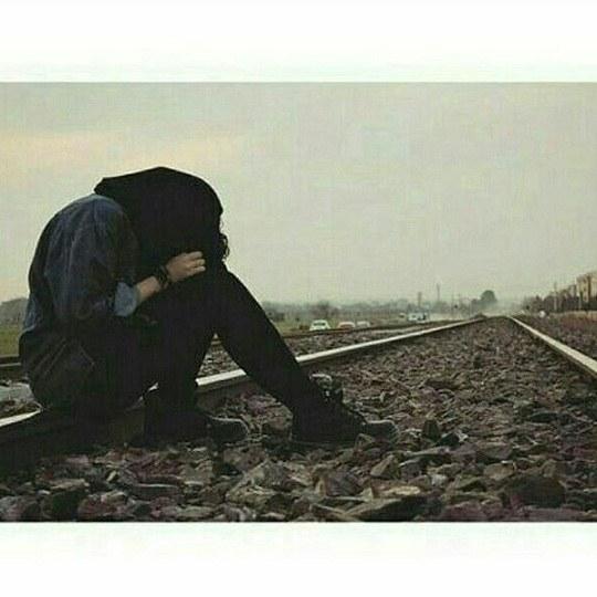 دخترونه غمگین کنار ریل قطار