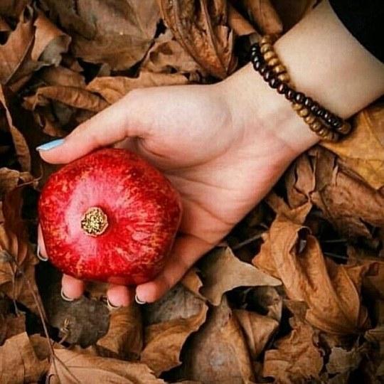 عکس دختری که انار قرمز تو دستشه