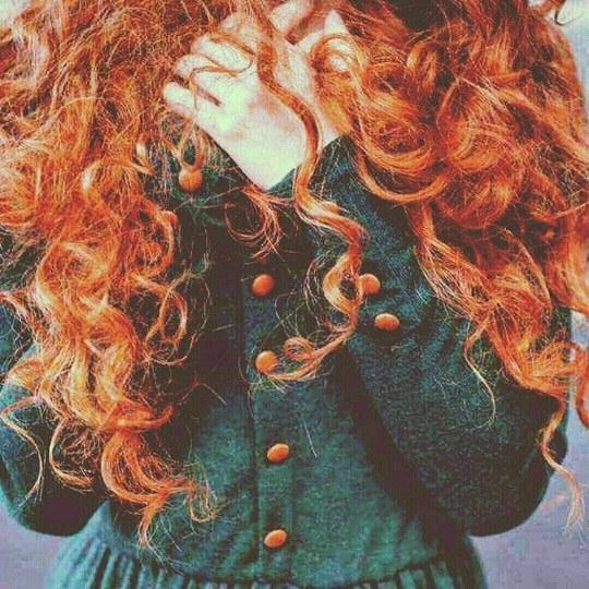 عکس دختر با موهای قرمز و پیچ خورده برای پروفایل