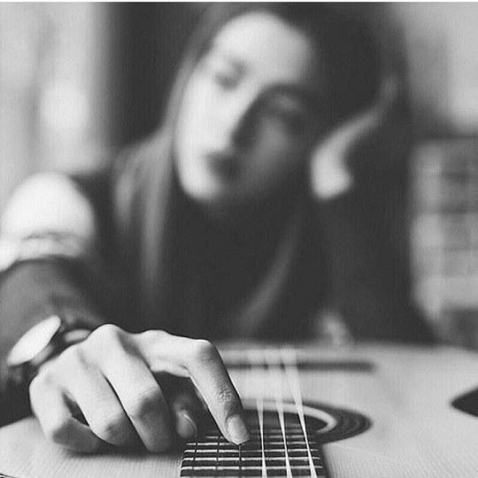 عکس دخترانه گیتار بدست