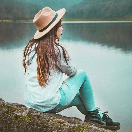 عکس دختر باکلاس لب دریا نشسته
