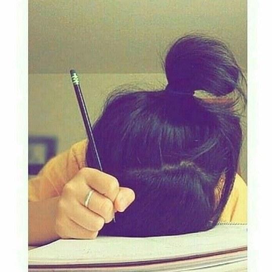 عکس دخترونه مداد به دست سرش را گذاشته روی دفتر