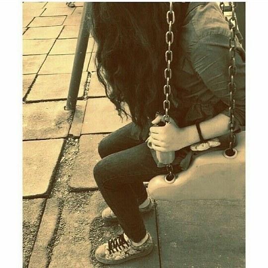 عکس دخترونه در پارک در حال تاب سواری ولی غمگینه