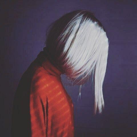 عکس پروفایل دخترونه با موهای سفید کوتاه و رنگ کرده
