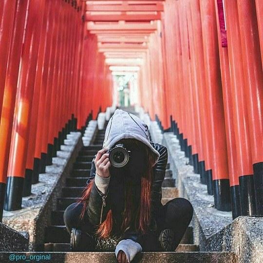 عکس هنری از دختری که در دستش دوربین هست