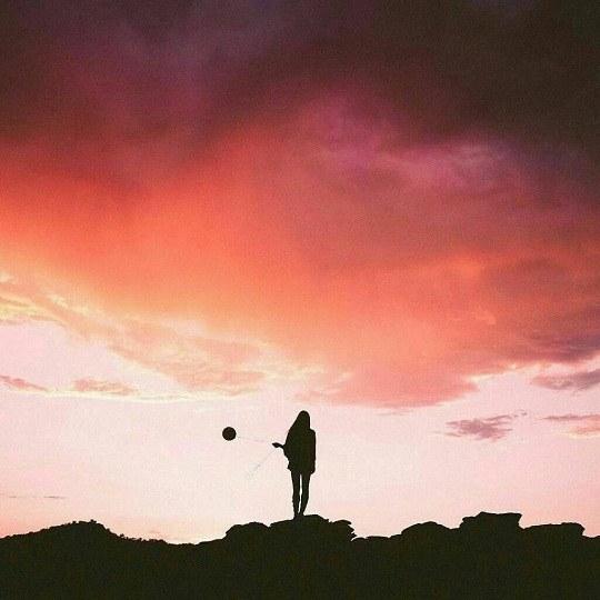 عکس دختر تنها روی کوه ایستاده باشه برای پروفایل دخترانه