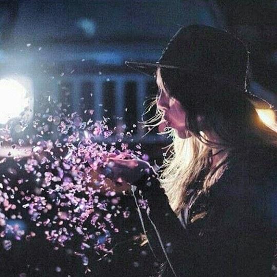 عکس دخترونه در حال فوت کردن گل های پر پر شده در دستش