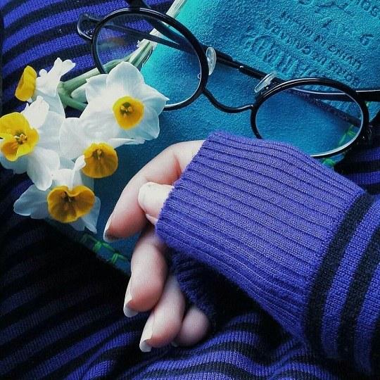 عکس دخترانه با گل و عینک