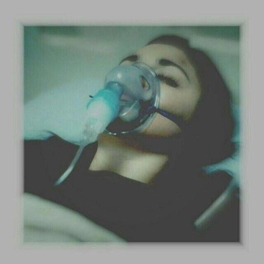 عکس دخترونه روی تخت بیمارستان اکسیژن بهش وصله