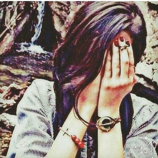 دخترانه در حال گریه کردن دست روی صورت