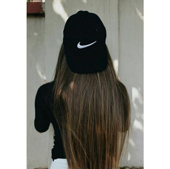 عکس دختر از پشت با موهای بلند و کلاه