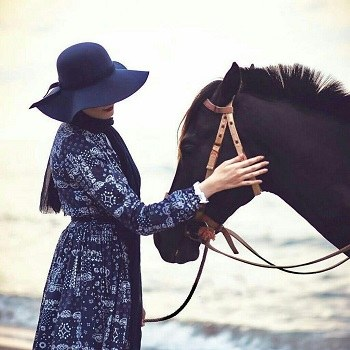 عکس دختر با اسب برای پروفایل