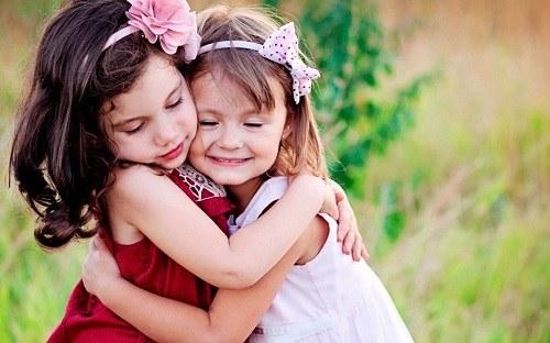 دو تا دختر زیبا و خوشحال در بغل همدیگه