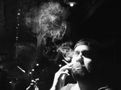 عکس پروفایل پسرونه پک زدن به سیگار و دود زیاد