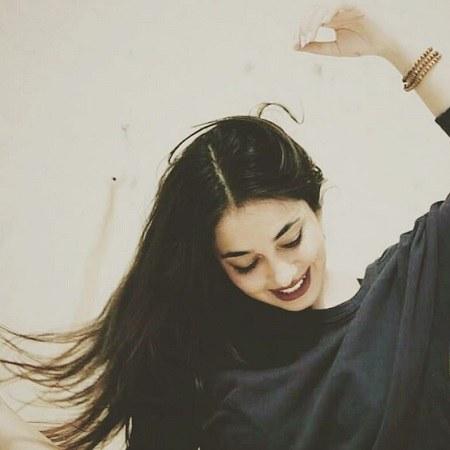 دختر خوشحال با موهای بلند