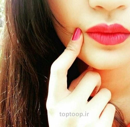عکس زیبا برای پروفایل دخترا در اینستا دختری که دستش رو لپشه و رژ قرمز زده