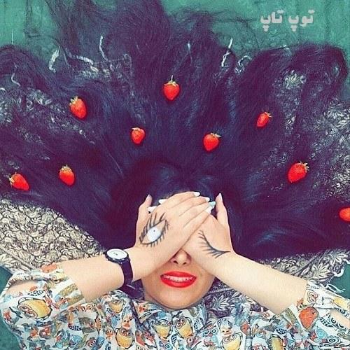 عکس پروفایل زنی که روی چمنزار خوابیده و روی دستانش گل هست بصورت عاشقانه